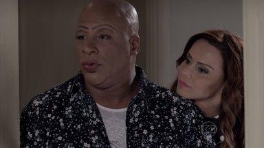 Xana e Naná visitam o apartamento dos pais adotivos de Luciano - Eles observam o garoto com o pai e ficam indignados