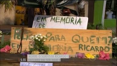 Corpo do surfista Ricardo dos Santos será enterrado em Santa Catarina - Kelly Slater, 11 vezes campeão mundial de surfe, fez uma homenagem. Além dele, outros surfistas como, Gabriel Medina, lembraram de Ricardinho.