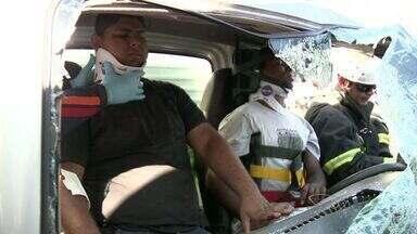 Ônibus e caminhão batem e vítimas ficam presas às ferragens, no ES - Acidente aconteceu na tarde desta terça-feira (20), em Vitória.Policiais militares e uma ambulância do Samu foram para o local.