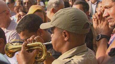Homenagens na despedida do sargento da PM morto durante rebelião em presídio do Recife - Ele foi enterrado com honra militares.