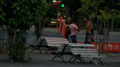 Briga entre homens é flagrada no Centro de Belo Horizonte - Reportagem da TV Globo registrou o momento.