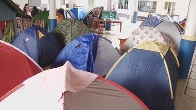 Em Ariquemes, alguns pais acamparam nas escolas para garantir vagas para os filhos - Muitos pagam até R$ 30 para não perder a chance de se manter na fila.