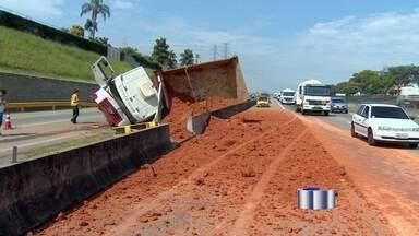 Caminhão tomba e espalha terra na pista da via Dutra em São José - Acidente aconteceu nesta quarta-feira (21) na altura do km 144.