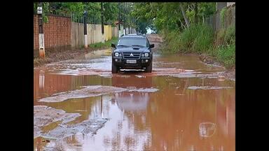 Na Rua Maracangalha, moradores reclamam de infraestrutura - Lama e água atrapalham quem passa pelo local.