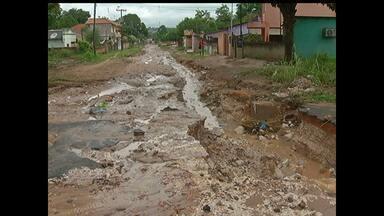 Aterro colocado em rua é levado pela enxurrada e causa transtorno aos moradores - Rua Cruzeiro do Norte fica localizada no bairro do Santarenzinho.