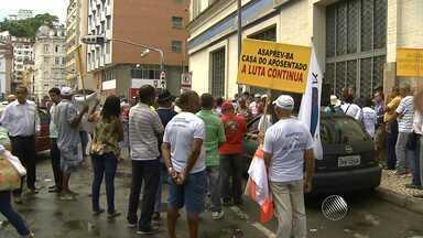Aposentados e pensionistas fazem manifestação em Salvador - Protesto foi no bairro do Comércio.