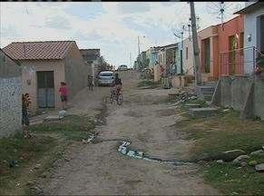 Moradores sofrem com obra de saneamento inacabada em rua de Tacaimbó - Segundo a Secretaria de Infraestrutura do município, as obras iniciadas foram condenadas por um engenheiro da prefeitura.
