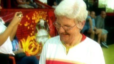 Tom Maior se encanta há mais de 25 anos com a dedicação de uma alemã - Ela se encantou com a alegria dos brasileiros. Uma estrangeira no samba que veio para o Carnaval não só para 'turistar'.