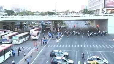 Ônibus da Marechal voltam a circular após dez horas de paralisação - O protesto prejudicou 300 mil passageiros. À tarde, a empresa depositou na conta dos funcionários, 40% do adiantamento dos salários, mais o valor da cesta básica.