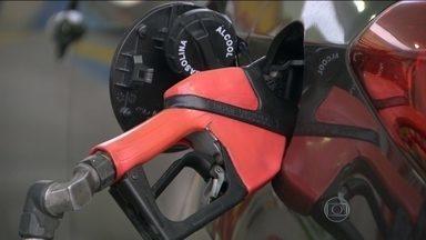 Preço da gasolina vai aumentar - Enquanto no exterior o preço do petróleo está em queda, no Brasil, a gasolina vai ficar mais cara. Nas refinarias, o litro da gasolina deve ser reajustado em R$0,22 e do diesel em R$0,15. O custo final para o consumidor pode ser ainda maior.