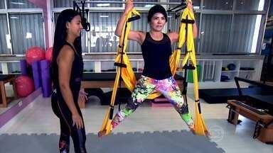 Aeropilates exige força e equilíbrio - Os exercícios aéreos, batizados de aeropilates, são uma adaptação do pilates clássico. No tecido mole do balanço, é preciso um esforço extra para manter o equilíbrio. A posição invertida reduz as dores lombares e melhora a circulação.