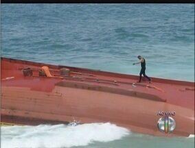 Praia é interditada para retirada de barco com vazamento em Maricá, RJ - Traineira de 50 toneladas emborcou na Praia de Ponta Negra.Vazamento de óleo atingiu boa parte da praia.