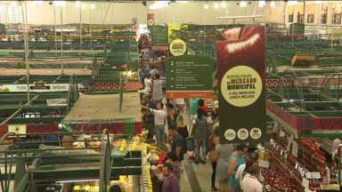 Calorão incomoda frequentadores do Mercado Municipal de Curitiba - Comerciantes e empresários do Mercado Municipal foram convocados para uma reunião na próxima terça-feira à tarde na Secretaria de Abastecimento para discutir o problema.