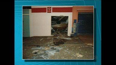 Polícia procura bandidos que explodiram Caixa Eletrônico em Uraí - Os ladrões usaram dinamite para explodir o equipamento, mas a polícia ainda não sabe se eles conseguiram levar dinheiro da máquina.