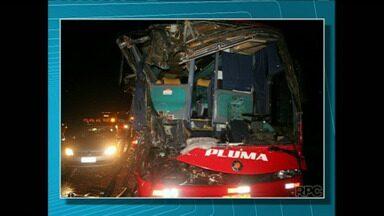 25 pessoas ficam feridas em acidente de ônibus em Cornélio Procópio - O ônibus da Viação Pluma vinha do Rio de Janeiro e o motorista ficou preso às ferragens.