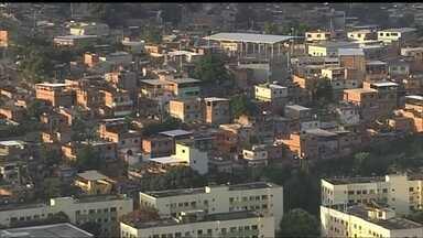 Chega a 12 o número de vítimas de balas perdidas no Rio - Uma jovem de de 21 anos foi baleada na Rocinha, na Zona Sul, durante um confronto entre policiais e traficantes. Em Bangu, na Zona Oeste, uma mulher de 58 anos foi atingida dentro de casa, enquanto dormia, na cabeça.