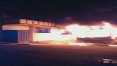 Incêndio criminoso destrói ônibus e atinge carro e casa em Itajubá, MG - Incêndio criminoso destrói ônibus e atinge carro e casa em Itajubá, MG