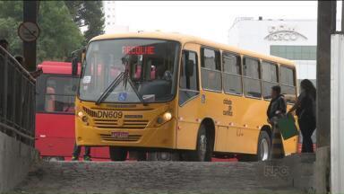 Nesta segunda-feira, capital paranaense amanhece sem ônibus - De acordo com o Sindimoc, a greve foi motivada devido ao atraso no adiantamento do mês de janeiro. Já a Prefeitura de Curitiba afirma que desde outubro de 2014 não recebe o subsídio do governo.