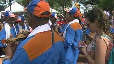 Encontro reúne companhias de Folia de Reis - Festa mantém viva tradição religiosa.