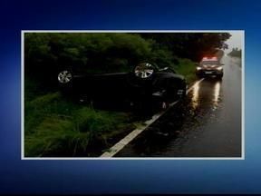 Turistas argentinos são vítimas de acidente em Pântano Grande - Um casal e uma criança estavam no veículo que aquaplanou. Eles sofreram apenas ferimentos.