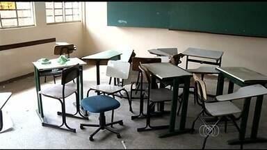 Escola pega carteiras emprestadas para iniciar ano letivo, em Rio Verde - Cerca de 700 alunos tiveram que esperar quase uma semana para iniciar as aulas.