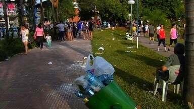 Comemoração de aprovados em universidades suja parque em Goiânia - Devido às comemorações, uma mistura de tinta, farinha e ovos fica espelhada pela pista de caminhada e gramado do parque.