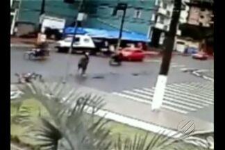 Câmeras de segurança registraram o momento em que um carro colide com uma motocicleta - Acidente ocorreu no cruzamento das avenidas Barão do Rio Branco e Borges Leal, bairro Santa Clara, em Santarém.