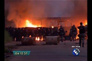 Moradores protestam e fecham vias de Belém - Dois ônibus foram queimados próximo ao conjunto Satélite.