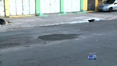 Vazamento de água preocupa moradores da Avenida Rotary em Maceió - Resto de entulho foi deixado em cima de um vazamento de água na região.