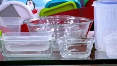 Higienização correta tira o cheiro de comida dos potes - A microbiologista Maria Teresa Destro recomenda usar uma mistura de vinagre branco com bicarbonato, depois da limpeza. Ela ressalta que os potes de vidro não ficam com cheiro.