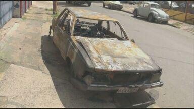 Carro abandonado há uma semana é incendiado em rua de Piracicaba, SP - Um carro que estava estacionado em um local proibido há uma semana, na Rua da Glória, em Piracicaba (SP), foi incendiado no fim de semana e continua abandonado na via.