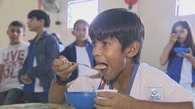 Filé de pirarucu deve reforçar refeição escolar no AM - Merenda escolar passa por processo de regionalização; 240 agricultores estão habilitados para fornecer alimentos para as escolas do estado.