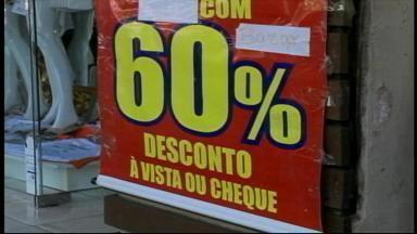 Lojistas fazem promoções para aumentar movimento no comércio de Uruguaiana, RS - Assista ao vídeo.