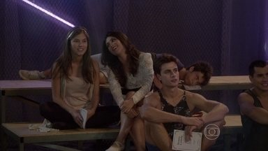 Jade provoca Bianca por causa de Henrique - Bianca não se deixa abalar pelas provocações e parabeniza o paulista pela atuação dele no ensaio da cena de luta entre Romeu e Teobaldo