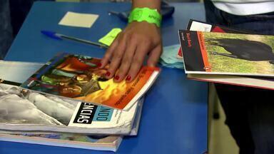 Projeto em São Paulo estimula a troca de livros entre estudantes - O projeto tem o objetivo de ajudar os pais a economizar na hora de comprar o material escolar