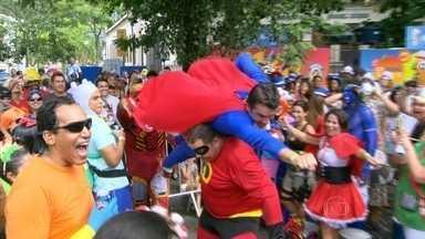 """Começa o carnaval de rua no Rio - O pontapé inicial foi dado pelo bloco """"Desliga da Justiça"""", que começou seu desfile na manhã deste sábado (31), na Zona Sul do Rio. Até o fim do carnaval, mais de 450 blocos vão colorir as ruas da cidade."""