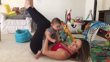 Fernanda Pontes malha com bebê - Apresentadora mostra que se exercitar com o filhote pode fortalecer o músculo, além de ser uma maneira de brincar com a criança ao mesmo tempo