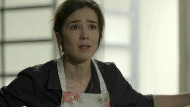 Cora implora para Jurema e Reginaldo lhe concederem uma folga - Megera sofre sem notícias de Zé Alfredo