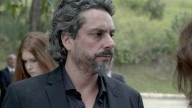 Zé beija Marta na frente de Isis - Cristina impede Cora de falar com o Comendador