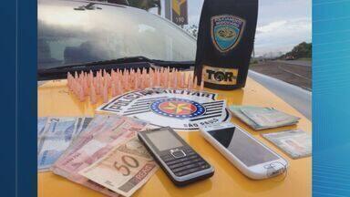 Suspeitos são presos em flagrante por tráfico em Cajuru, SP - Dois homens que estavam em uma moto foram parados na Rodovia Abrão Assed com drogas.