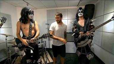 """""""Gringo"""" do Atlético-MG, Lucas Pratto conhece cover da banda de rock Kiss - Jogador diz que é fã do gênero e do grupo musical."""