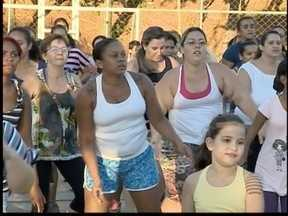Mulheres buscam qualidade de vida por meio da zumba - Toda semana, elas se reúnem na quadra do Jardim Santana.
