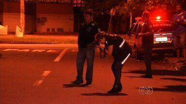 Homem é morto e outro fica ferido por facadas, em Aparecida de Goiânia - Segundo a Polícia Militar, o homem que morreu tinha passagem por receptação e porte ilegal de arma de fogo.