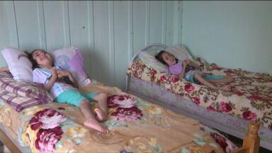 Campanha 'Gêmeas de Araucária' arrecada em 38 dias R$ 40 mil - O objetivo era usar o dinheiro para a compra de camas especiais para as meninas que sofrem de uma síndrome rara.
