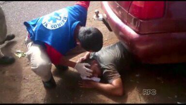 Motociclista vai parar embaixo de carro estacionado depois de acidente - Foi na região do bairro Morumbi, em Foz. O homem foi internado em estado grave