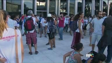 Votação de pacote de medidas reúne manifestantes em frente à ALEP - Na expectativa pelo resultado da votação do pacotaço, professores e funcionários estaduais de todo o Paraná se reuniram no Centro Cívico, em Curitiba.