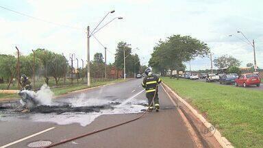 Moradores do Jardim Aeroporto interditam pista em Ribeirão Preto - Protesto na Avenida Thomaz Alberto Whatelly foi realizado por causa de corte no fornecimento de energia elétrica.