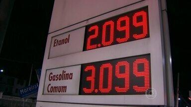 Gasolina está mais cara e álcool só é vantajoso em cinco capitais do país - Mesmo com a alta da gasolina, abastecer com álcool também está caro. Só vale a pena escolher o álcool nas capitais de SP, MG, GO, MT e MS.