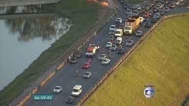 Acidente prejudica trânsito na Região da Pampulha, em BH - Batida teria envolvido uma moto e um carro.