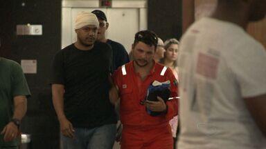 Resgatados em navio-plataforma que explodiu chegam a Vitória - Trinta e três pessoas chegaram à capital por volta das 21h.